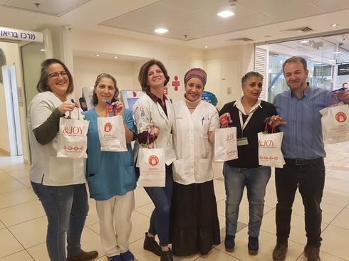 ורדי עם מנהלות הסיעוד של המרפאות בקניון, קינגה שטרנברג ויעל גמליאל, בנות צוותן והשתילים