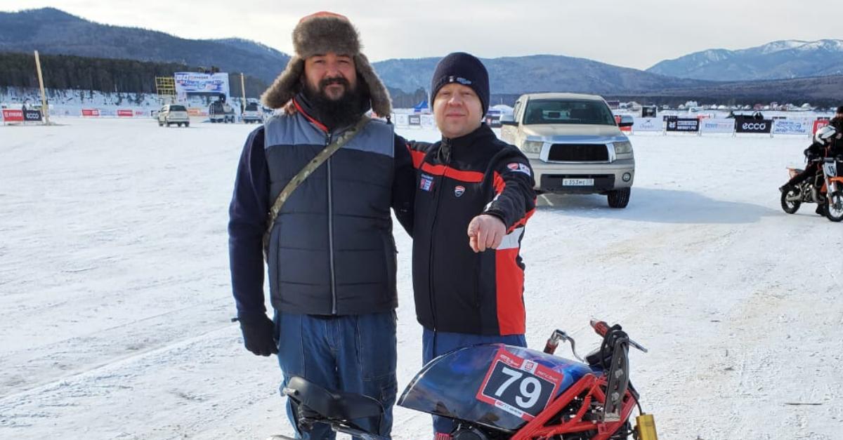מימין: קיריל סבדרוב נשיא מועדון DUCATI ST.PETERBURG ודניס זייצב, המכונאי של הצוות