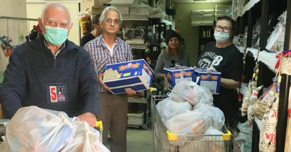 """עובדי מרכז סב""""י אורזים מוצרים לקשישים"""