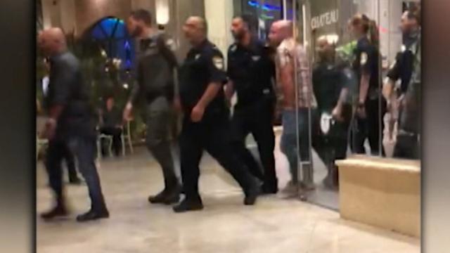 פשיטה של שוטרים לאירוע. למצולמים אין קשר לכתבה