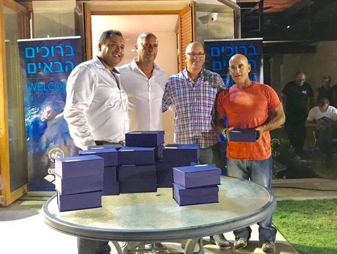 זוהר גלילי (ראשון מימין) עם בכירי איגוד השחייה | צילום: מתוך דף הפייסבוק של הפועל הוד השרון