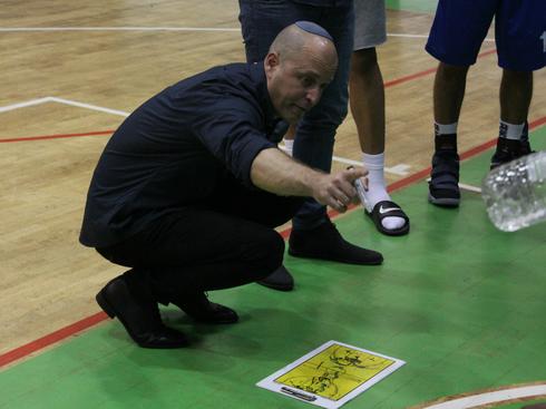 המאמן חנן הירשוביץ. הפציעות סיבכו את הקבוצה | צילום: אריאל ימיני