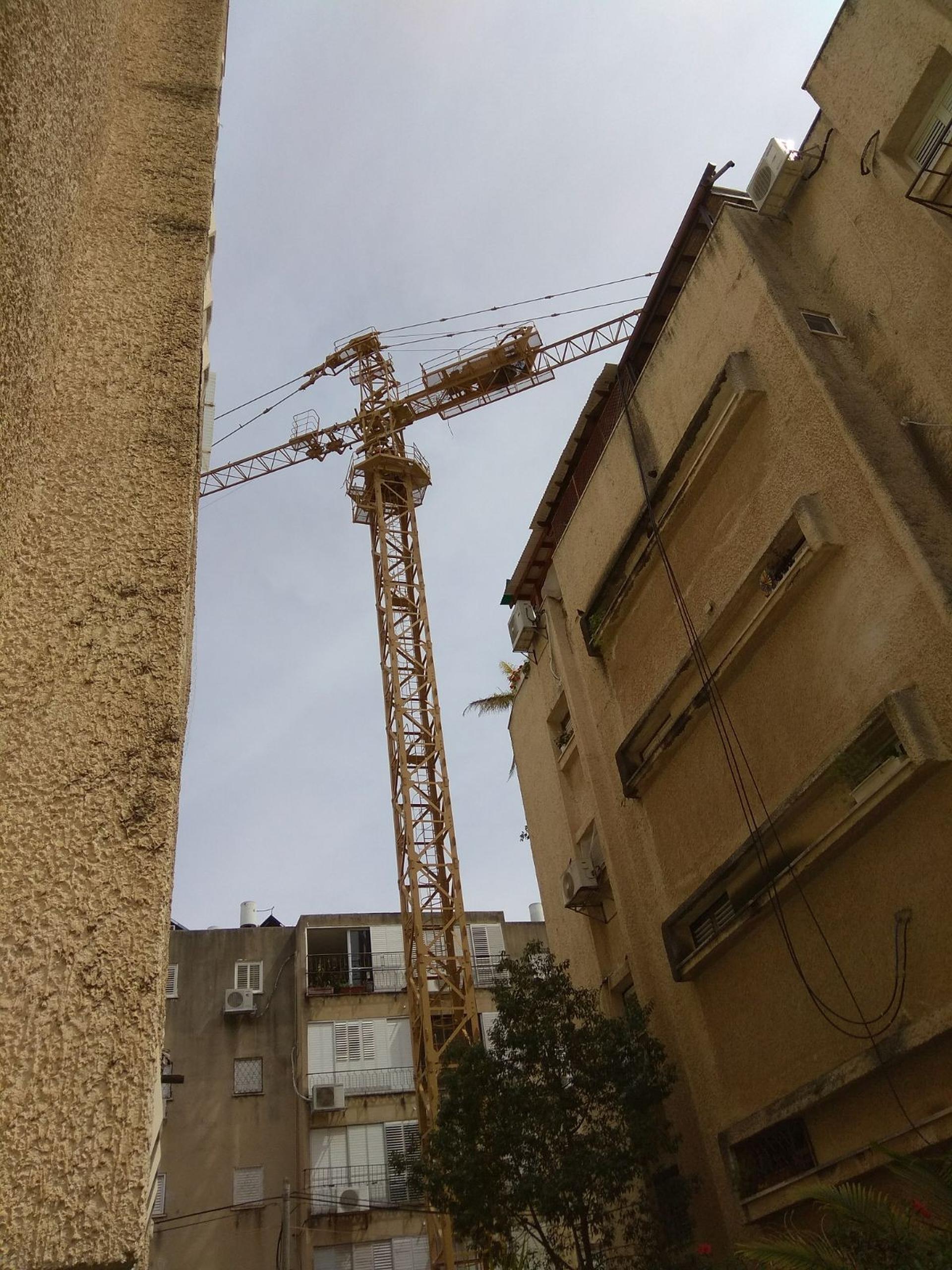 המנוף מעל בנייני המגורים. צילום: באדיבות התושבים