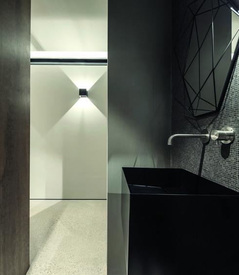 חדר הרחצה משרה אווירת זן, עם כיור מרובע וחיפוי פסיפס כהה. צילום: עמית גרון