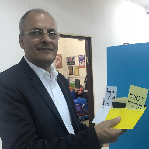 יגאל הררי מצביע | צילום: באדיבות המטה