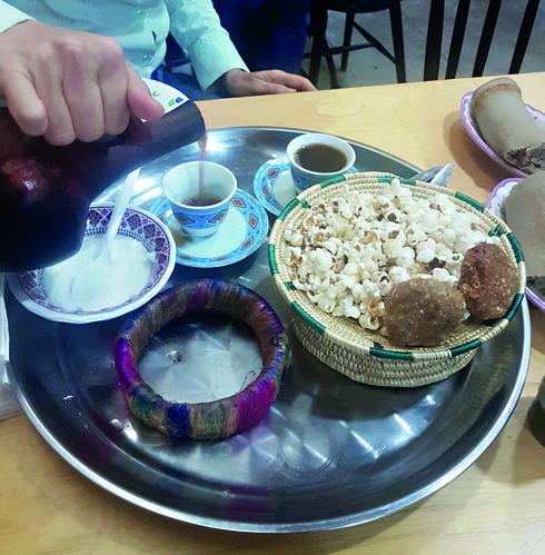 טקס הקפה כולל פופקורן ועוגיות טחינה | צילום: אשר קשר