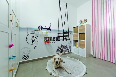 חדר עבודה בשילוב חדר משחקים. חדר שמח וכיפי, עם צבעוניות עזה. צילום: שירן כרמל