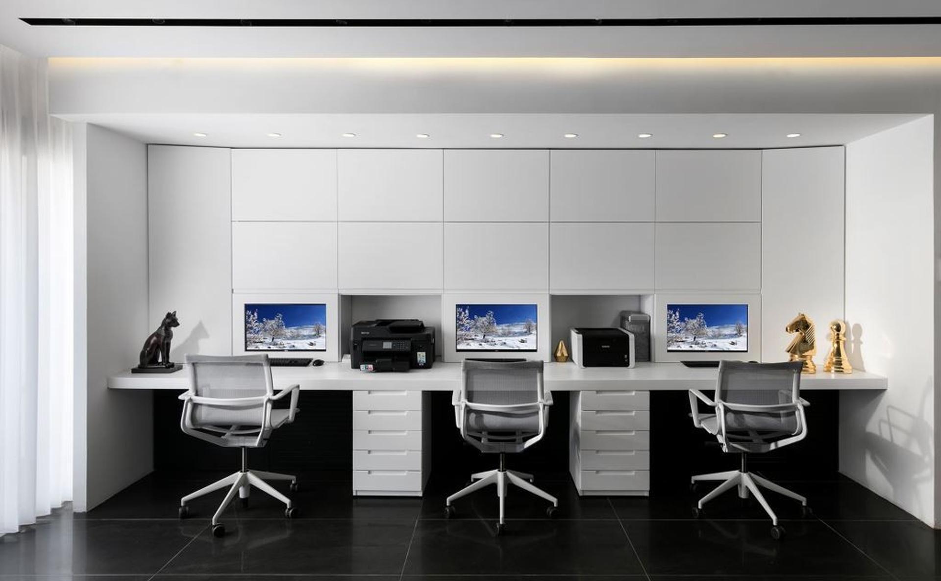 חלל העבודה בכניסה לדירה. צילום: אלעד גונן