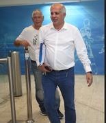 אבי לוזון בפינה מוארת של ההתאחדות לכדורגל. צילום: אורן אהרוני
