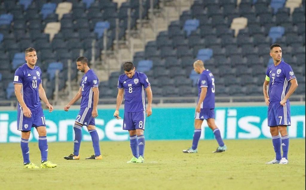 שחקני הנבחרת בפוזה המוכרת מהרגעים שהם עולים לבוגרים. צילום: ראובן שוורץ