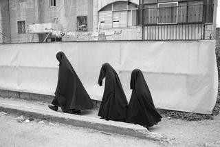 אישה ובנותיה עוטות רדיד עם רעלה מאה שערים, ירושלים, 2015. צילום: אביר סולטן