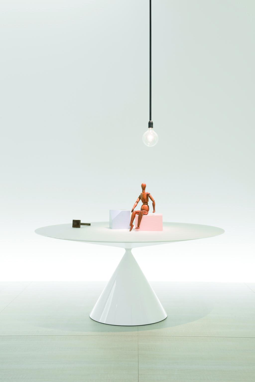 שילוב של נפח וגאומטריה. שולחן לבן Clay ל- DESALO . הביטאט