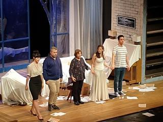 השחקנים בסיום ההצגה