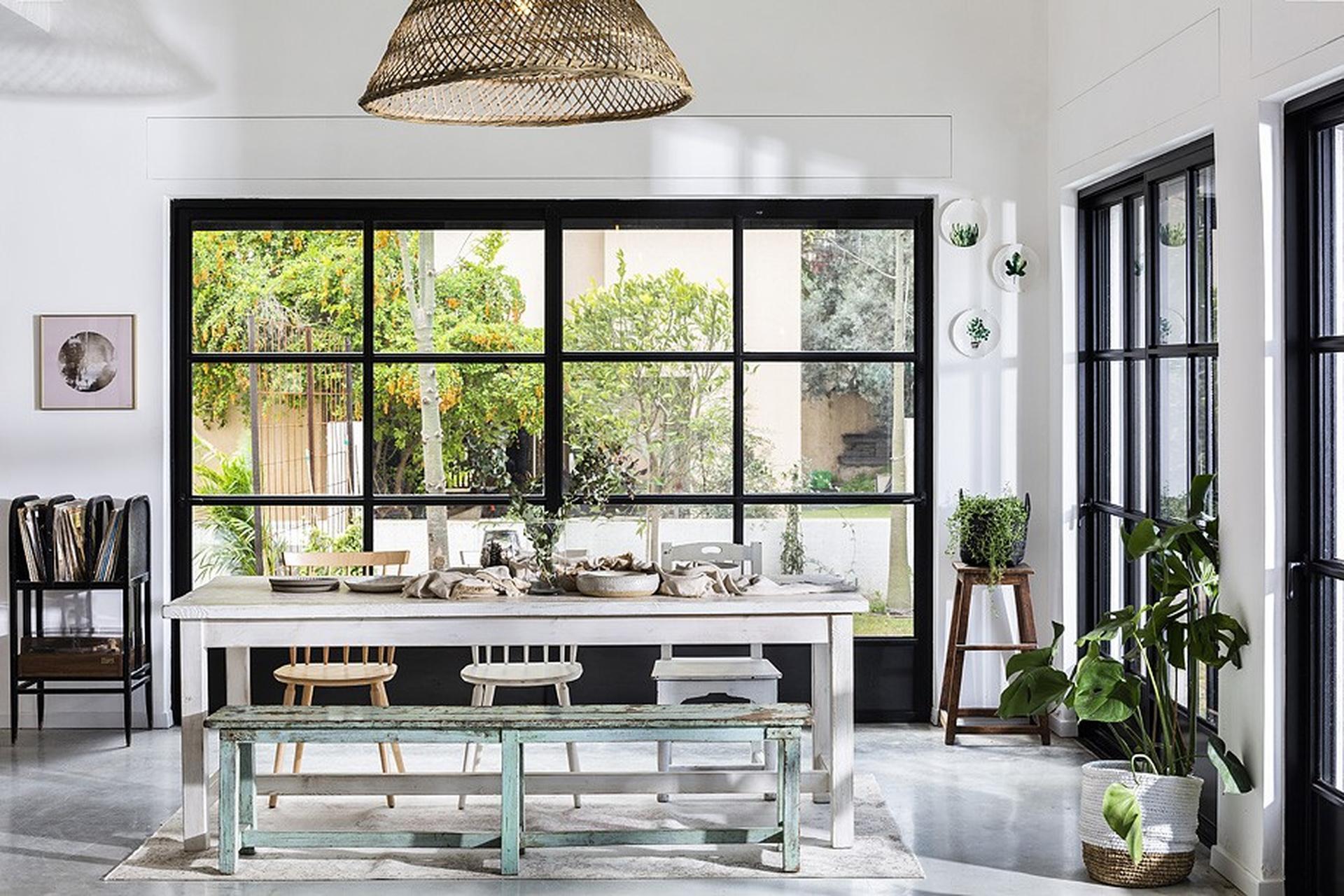 דלתות הזכוכית חושפות את הגינה. סטיילינג: דיאנה לינדר. צילום: בועז לביא