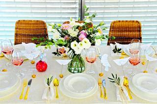 שולחן מקושט וגם פרקטי   צילום: קובי קואנקס