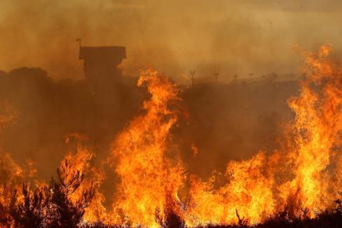 השריפה על רקע כלא דמון | צילום: גיל נחושתן