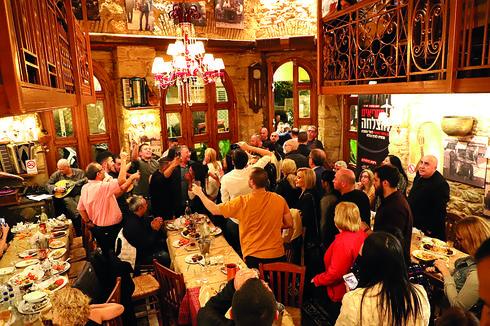 רוקדים בטברנה בארוחת הערב. צילום: רועי אלמן