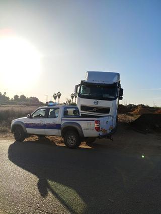 נתפסו על חם. אחת המשאיות מתוכן הושלכה פסולת בנין   צילום: עיריית פתח תקוה