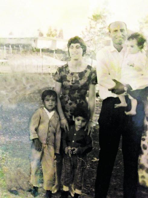 מאיה בילדותה עם אביה, אמה ואחיה   צילום מהאלבום המשפחתי