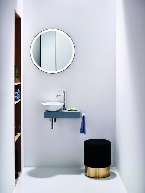 פינת רחצה קטנה בדירה עירונית, מכילה את המינימום הנחוץ במרחב מקסימלי. Alape HeziBank