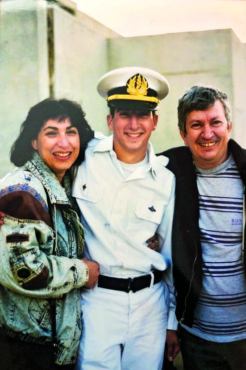 """ברק ז""""ל עם הוריו  צילום: פרטי"""